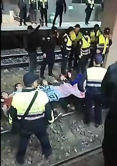 反勞基法修法,勞團成員臥軌被警方抬離。(資料照,取自工人鬥總統直播頁面)