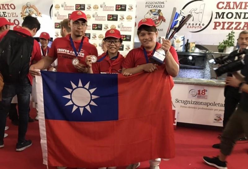 披薩起源地拿坡里日前舉辦「第18屆拿坡里CAPUTO盃世界披薩職人錦標賽」,在義大利時間19日,結果由台灣隊擊敗各國隊伍榮獲冠軍;第二名獎落葡萄牙,地主義大利則獲得第三名。(「BANCO」授權提供)