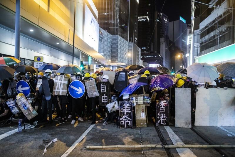 近來香港示威者在遊行中時常喊出的口號「光復香港,時代革命」,正是梁天琦在2016年旺角騷亂後代表「本土民主前線」所提出。(彭博)