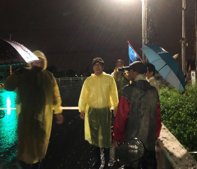 高雄市19日下午下起滂沱大雨,多處行政區傳出淹水災情。行政院副院長陳其邁掛念高雄,傍晚立刻趕回高雄了解情形。(擷取自陳其邁臉書)