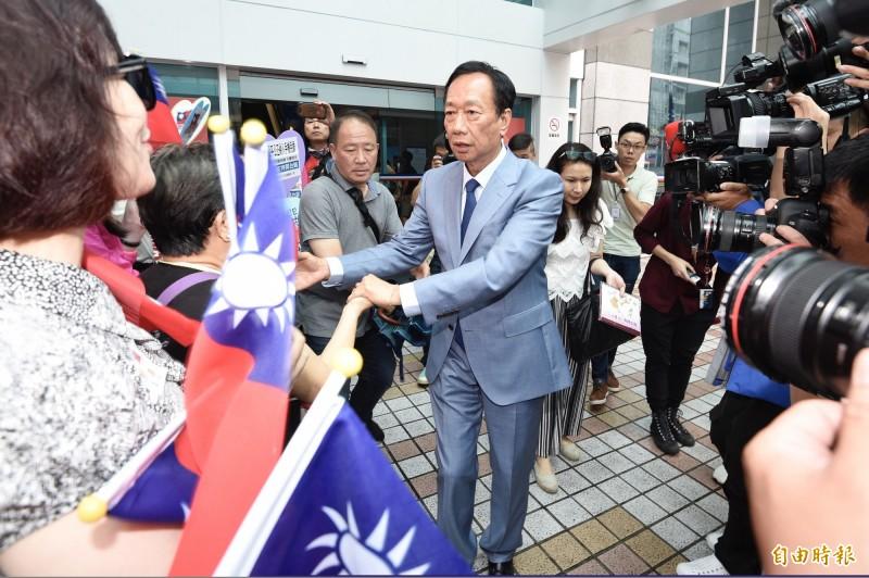 國民黨召開總統選舉參加提名初選同志座談會,郭台銘會後離去時向在場守候的支持者握手致意。(記者叢昌瑾攝)