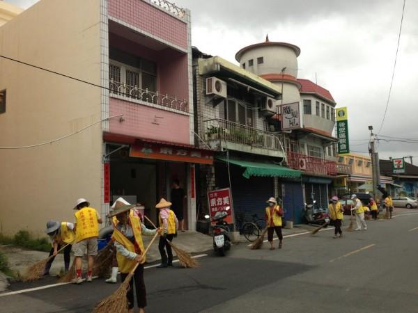 一群由銀髮族組成的「千歲」志工團,為了維護台南菁寮老街的觀光,每日都很認真的清掃家園,讓遊客可以安心、放心的到此一遊。(圖擷取自賴清德臉書)