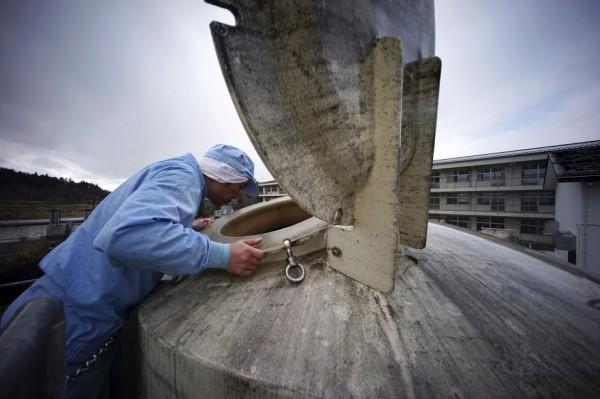 2011年5月,八木澤委託同業選了間廢棄學校重建工廠。(美聯社)