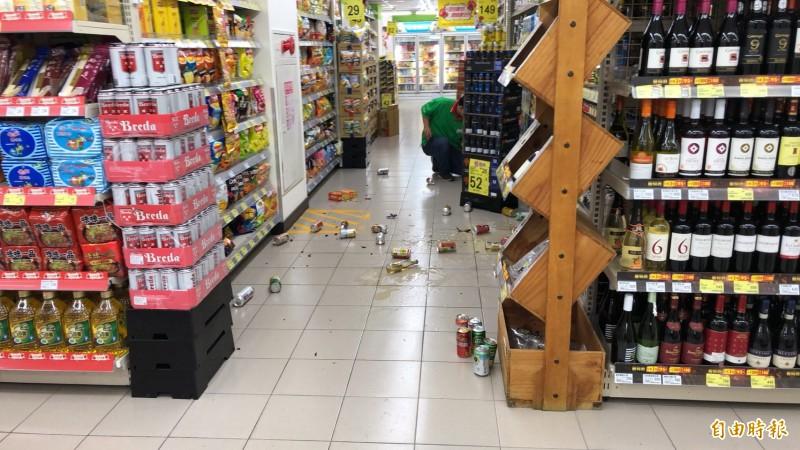 超市貨架上的東西因地震搖晃掉落 。(即時新聞攝)