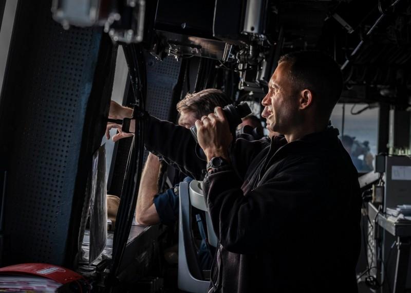 從畫面中可以看到,綠灣號的艦長和兩棲部隊指揮官在船艦駕駛艙中,監測台灣海峽海面的情況。(圖擷取自臉書粉專「U.S. 7th Fleet」)