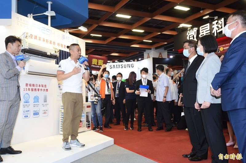 總統蔡英文(右二)今天上午在一項展覽活動碰到邰智源(左二),指著對方向主持人說「他變瘦了!」(記者簡榮豐攝)