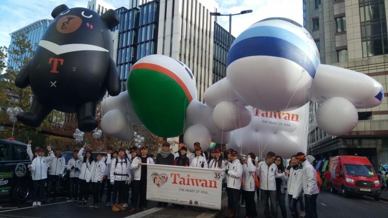 台灣隊伍曾二度參加英國遊行倫敦市長巡遊,去年在遊行過程展出交通部觀光局吉祥物「喔熊」等大型氣球,相當吸睛。(中央社)