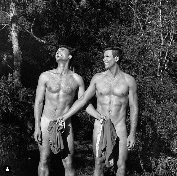 划船隊選手僅用小片布料擋住關鍵部位,腹肌、胸肌,還有手臂的二頭肌全都看得清清楚楚。(圖擷取自「英國華威大學划船隊」Instagram)