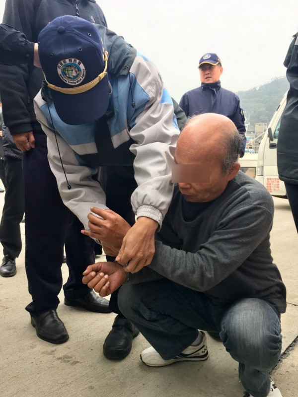 移民署自中方接回台籍偷渡犯甘清枝。(記者王冠仁翻攝)