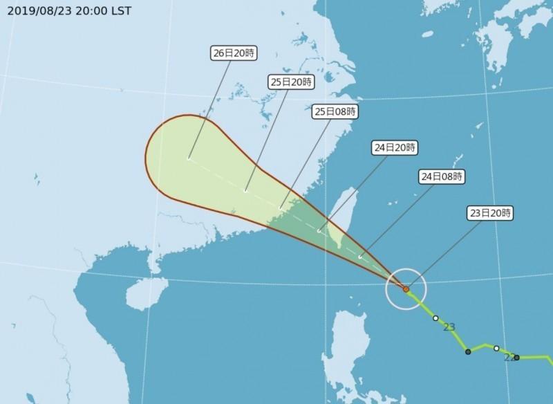 白鹿今晚8時中心位置位於台東的東南方約500公里的海面上,以每小時29公里速度向西北進行,颱風中心氣壓980百帕,近中心最大風速每秒28公尺,預測明天晚間8點的中心位置會在澎湖南方約70公里的海面上。(圖擷取自中央氣象局)