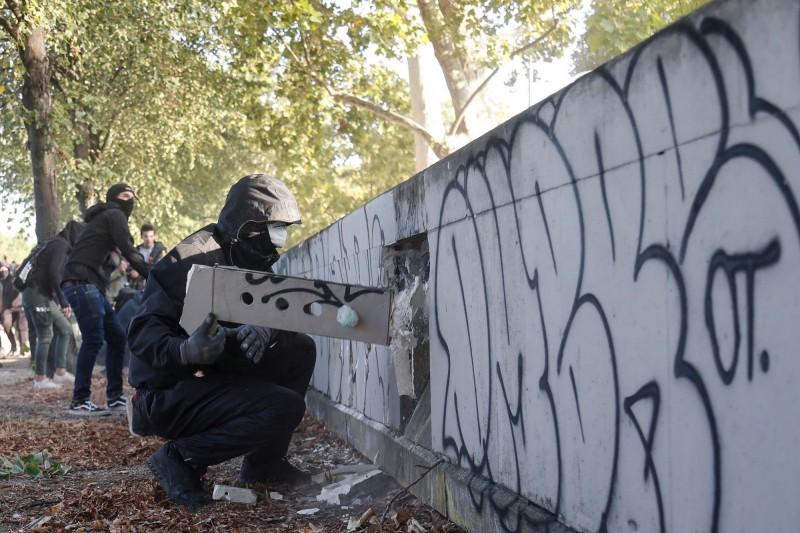 「黑群」抗議者趁亂破壞街道市容。(法新社)