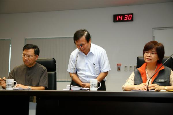 皇冠印刷公司總經理朱明耀在今天下午市府記者會中向民眾鞠躬道歉。目前已知鼎泰豐等知名廠商出現在供貨名單中;而中市則沒有學校單位使用毒餐盒。(記者蔡淑媛攝)