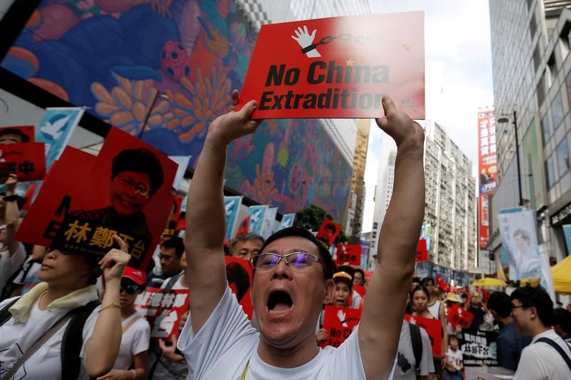 香港民眾反對修訂《逃犯條例》而走上街頭。(路透)