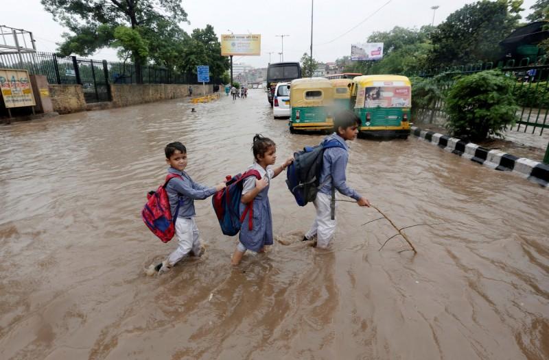 印度因季風帶來的暴雨下不停,各地紛紛傳出洪水災情,至少造成95死、數十萬人撤離。(路透)