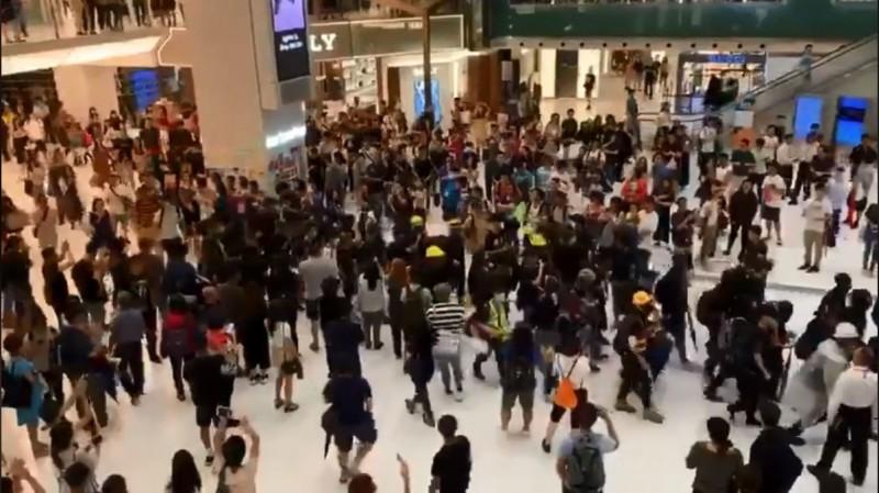 黑衣示威者穿過商場時,受到現場大批市民夾道歡呼,場面震撼。(圖擷取自臉書_抗爭少女日記)