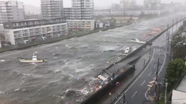 日本兵庫縣西宮市受到颱風影響,船隻在暴漲的河流中載浮載沉。(路透)