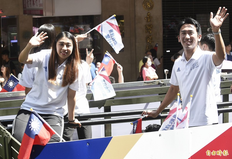 跆拳道品勢代表團女子個人銀牌蘇佳恩(左)。(記者陳志曲攝)