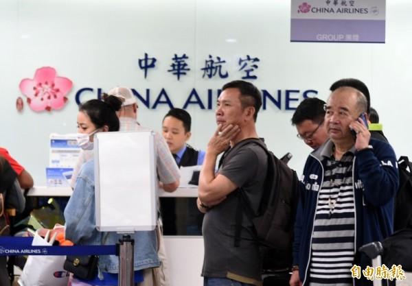 華航機師罷工,華航櫃台擠滿焦慮的旅客詢問班機狀況。(資料照)