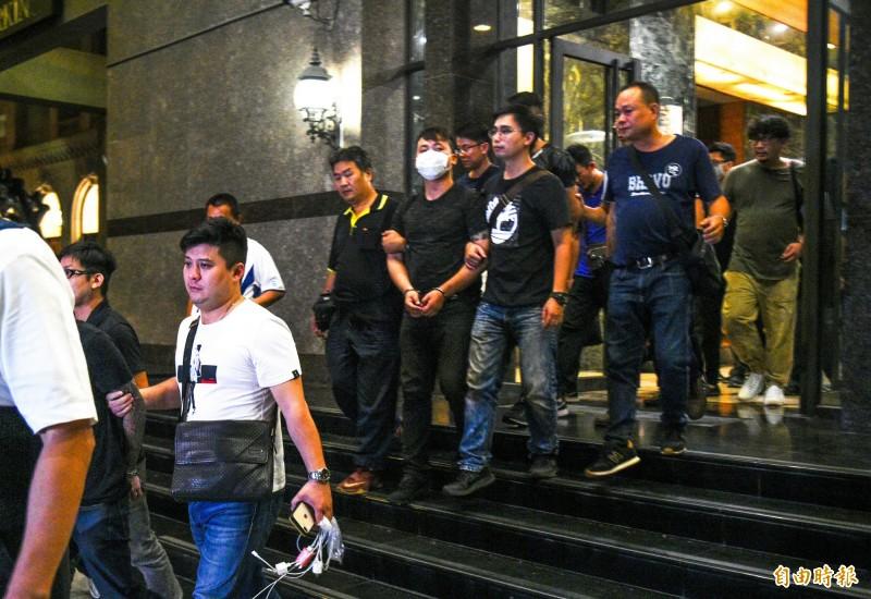 高雄直播主之亂繼昨晚警方大力掃蕩逮獲潘嫌等8人後,開槍的張姓主嫌今晚也向警方投案。(記者張忠義攝)
