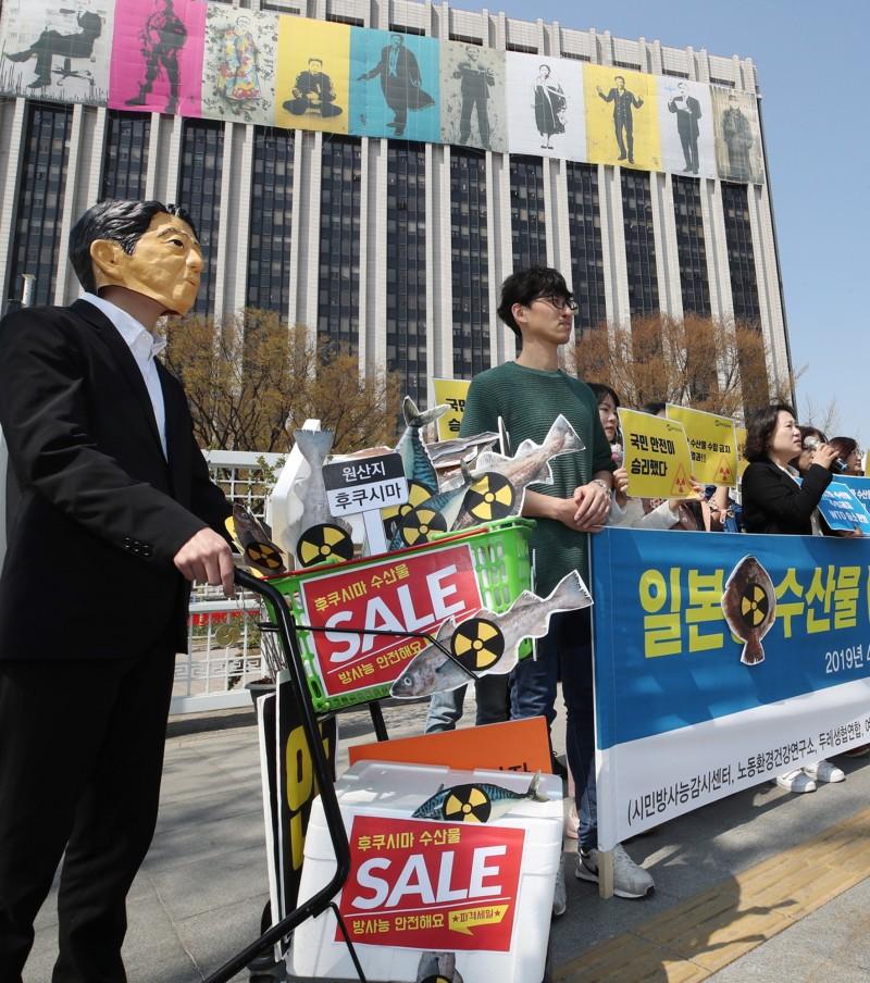 日本將從6月1日起嚴查韓國進口的水產品;先前日本因南韓限制福島8縣水產進口,向世界貿易組織(WTO)提告,二審卻敗訴,因此這次措施被認為是報復南韓。圖為南韓民眾支持政府對日本祭出水產品禁令,在首爾市政府大樓表達訴求。(歐新社)