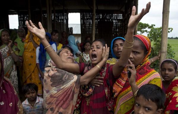 阿薩姆邦當局為打擊盜獵,下令拆除卡濟蘭加國家公園附近的3個村落,當地居民和警方爆發衝突。(美聯社)