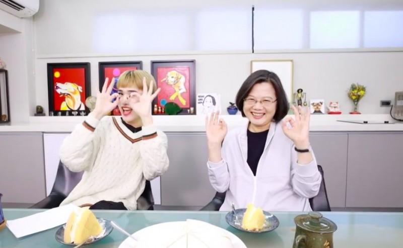 蔡英文與「國際美人」鍾明軒合作,小英大談感性面,並與鍾明軒一起做「手指操」。(圖擷自Youtube)