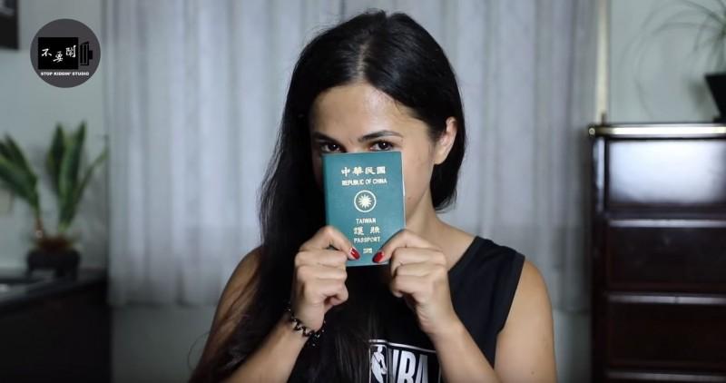 俄羅斯女子表示,每次想和台灣朋友一起出國,就會因為簽證問題讓她沒辦法一起去。她羨慕地問「可以偷偷給我一本中華民國的護照嗎」?(擷取自YouTube頻道「Stopkiddinstudio」)
