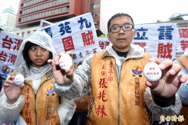 台聯青年軍抗議中國M503航道,今日率眾前往陸委會,並將雞蛋丟進陸委會表達訴求。(記者方賓照攝)