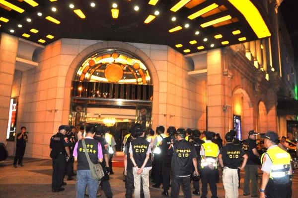 金錢豹在台中發跡,圖為警臨檢酒店。(資料照,記者張瑞楨翻攝)