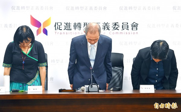 Transitional Justice Commission Chairman Huang Huang-hsiung, center, and other committee members apologize during a news conference in Taipei yesterday after Deputy Chairman Chang Tien-chin resigned.