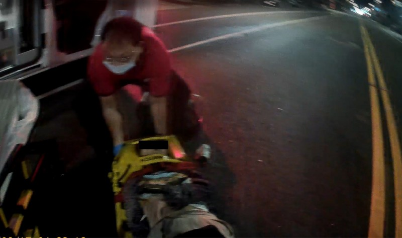 救護人員將重傷的老婦抬上救護車。(記者王善嬿翻攝)