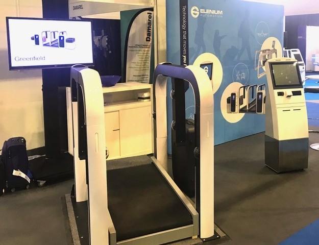 旅客抵達機場後,只要直接到「自助服務亭」,機器會自動辨識旅客身分,完成託運行李手續。(圖截取自Elenium公司官網)