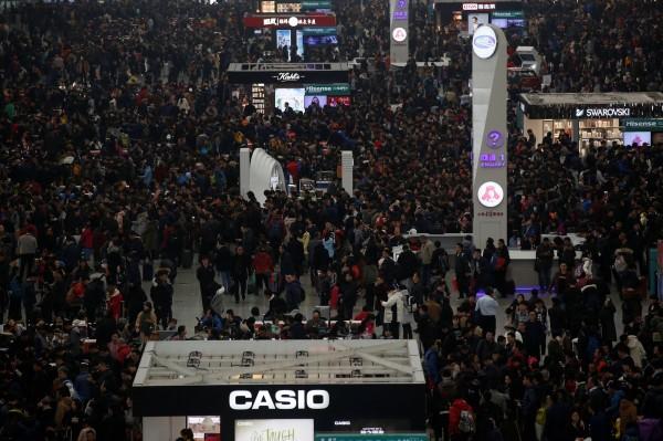 隨著農曆年將至,中國的「春運」返鄉潮正式展開,13日凌晨已有大批旅客湧入各車站搭車返鄉。圖為上海虹橋火車站。(路透)