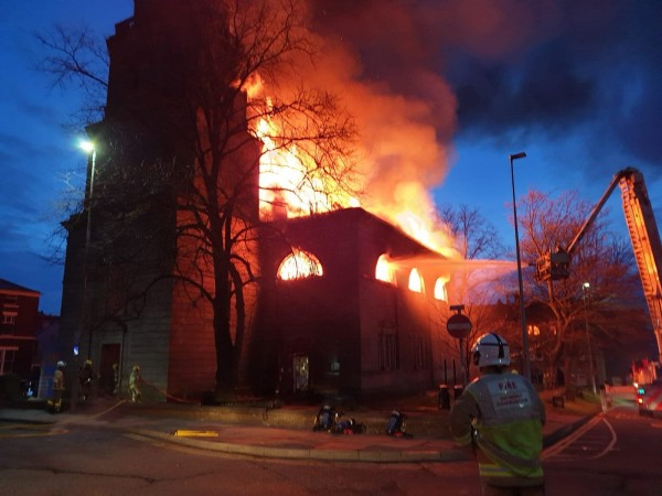 英國布拉克本鎮一座擁有230年歷史的老教堂,於當地時間週三凌晨發生大火,整座建築均遭大火吞沒。(圖擷自推特)