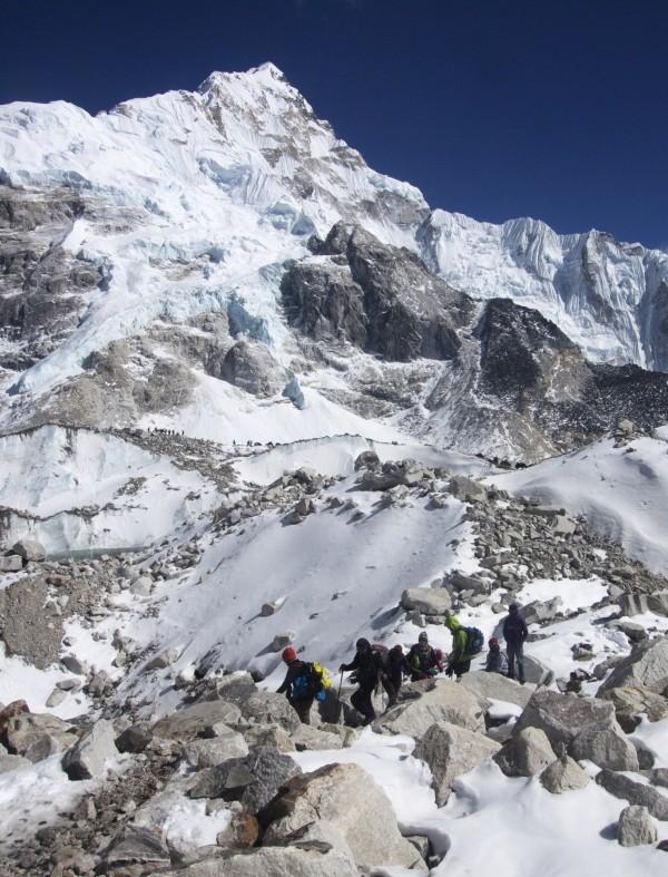 攀登聖母峰的每張許可證要價1萬1000美元(約33萬元台幣)。(美聯社)