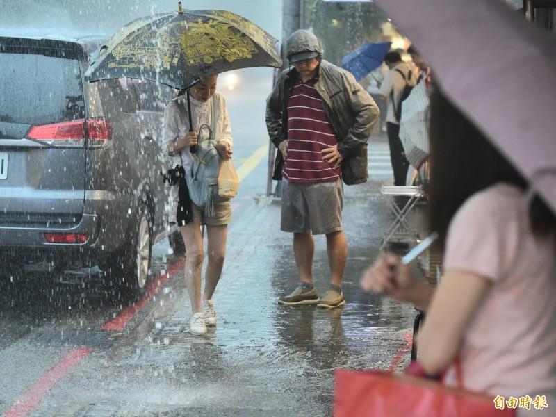提醒民眾下班或外出時務必攜帶雨具,並留意天氣狀況,注意雷擊及強陣風。(記者塗建榮攝)