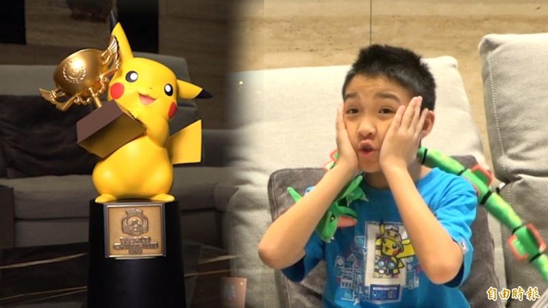 10歲寶可夢世界冠軍吳比拿到獎盃第一個想法是:「好重!獎盃真的好重!」。(記者張家寶攝)