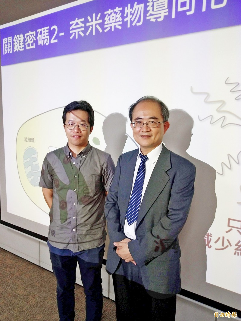National Cheng Kung University professor Shieh Chi-chang, right, and a researcher attend a news conference at the Ministry of Science and Technology in Taipei yesterday to announce the discovery of a possible treatment for chronic granulomatous disease. Photo: Wu Liang-yi, Taipei Times