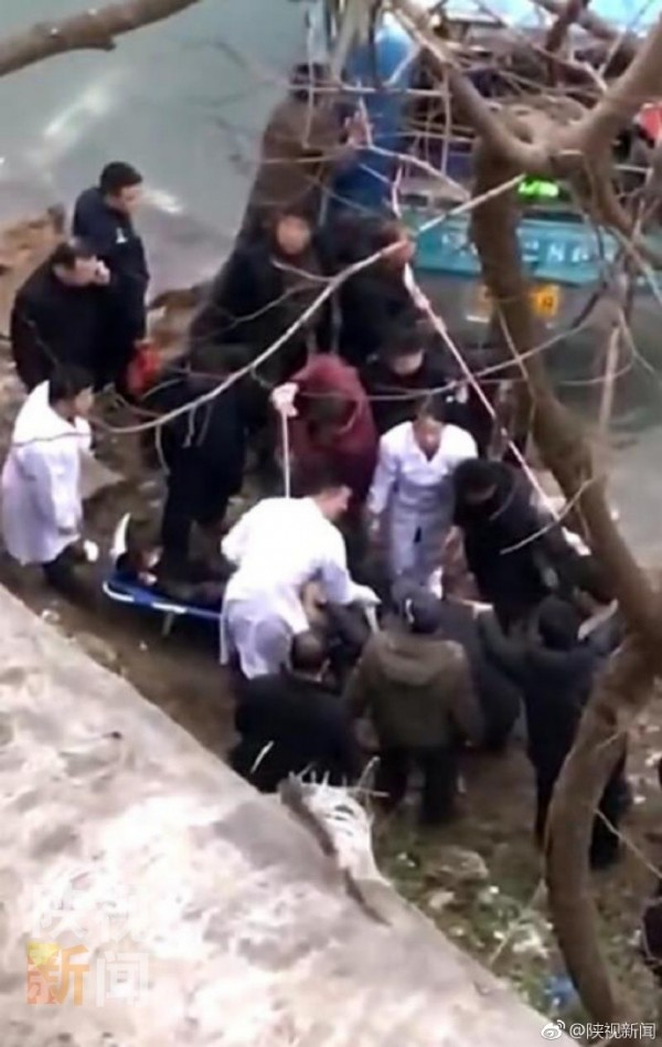 中國陝西發生公車墜江2死多傷事故。(圖擷取自@陝視新聞畫面)