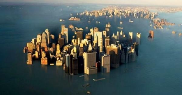 全球海平面上升每年都在惡化,直到本世紀末的2100年,海平面將上升65公分,到時沿岸城市可能被會被淹沒。圖為示意圖,模擬紐約曼哈頓被淹沒畫面。(圖擷自網路)