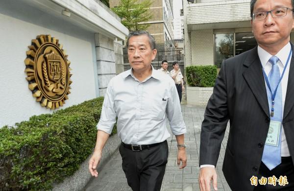 浩鼎董事長張念慈在律師陪同下到市調處接受偵訊。(記者林正堃攝)