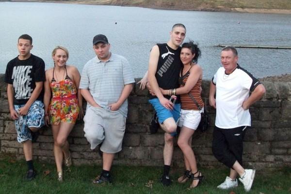 英國女會計師萊妮絲(右二)2011年與親友野餐並合影,據說,幾年後她才發現照片中前夫(右三)身旁多出1隻鬼手。(圖擷取自鏡報)