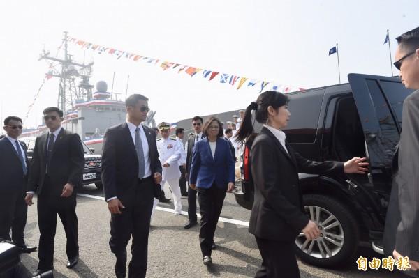 總統蔡英文8日主持海軍銘傳、逢甲軍艦成軍典禮。(記者簡榮豐攝)