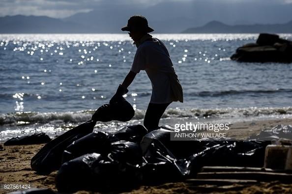 8月3日,中國珠江水域發生2艘船相撞的意外,近9000公噸棕櫚油外洩,油汙散布在大海。對此,香港當局已封閉13座海灘並清理93公噸的廢油。(圖擷自Getty Images)