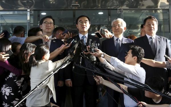 南北韓高級別會談今(13)日在兩韓邊境板門店北韓側「統一閣」舉行,南韓統一部長趙明均率團在行前記者會上,接受媒體採訪。(美聯社)