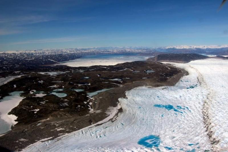 格陵蘭14日「不尋常大融冰」,一天就消失20億噸冰雪。圖為NASA於6月3日拍攝Eqi Sermia glacier。(NASA)