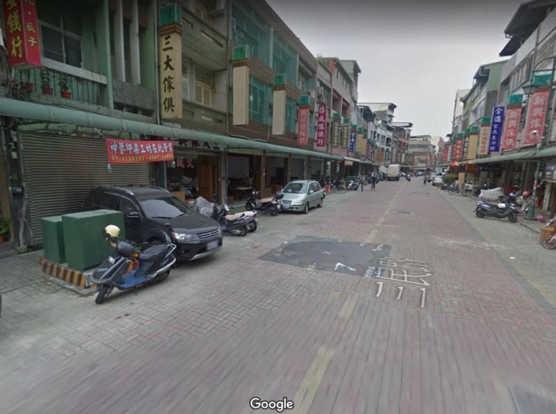 位於高雄市鳳山區的三民路整條遭鋪平成柏油路,引發民怨,網友不禁砲轟「看到差點氣死!」。圖為去年12月的三民路,可以看到仍是完整紅磚道。(圖片擷取自Google地圖)