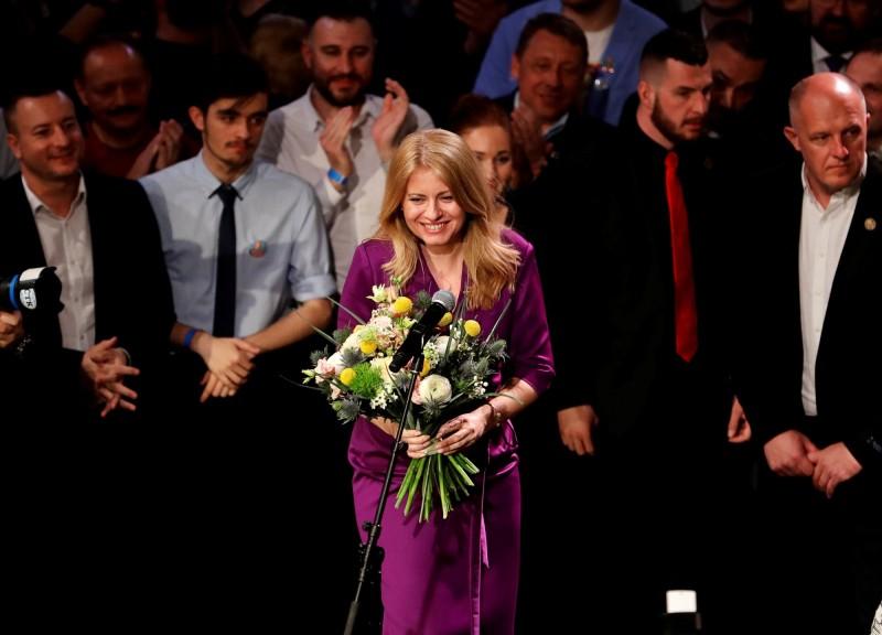 政治素人卡普托娃,在第二輪獲得逾58%選票,擊敗執政黨候選人、現任歐盟委員會副主席塞夫柯維奇成為該國首位女總統。(路透)