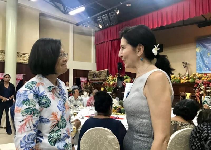 蔡英文表示在帛琉2天來都有美國駐帛琉大使Amy Hyatt陪同訪問。圖為美國駐帛琉大使Amy Hyatt(右)。(擷取自蔡英文 Tsai Ing-wen粉絲專頁)