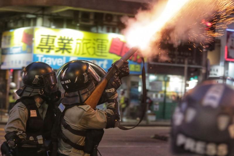 香港防暴警察11日向示威者發射催淚彈。(資料照,法新社)